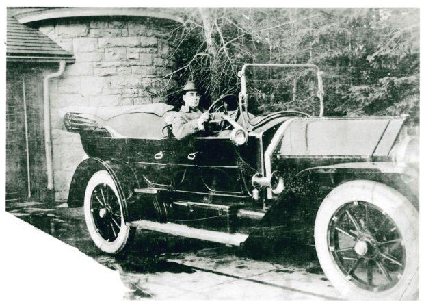 Un membre de la famille dans une voiture antique près de Beaulieu