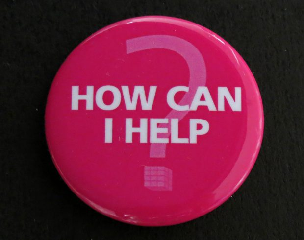 Bouton rose avec point d'interrogation. Le texte dit: How can I help? (Comment puis-je vous aider?)