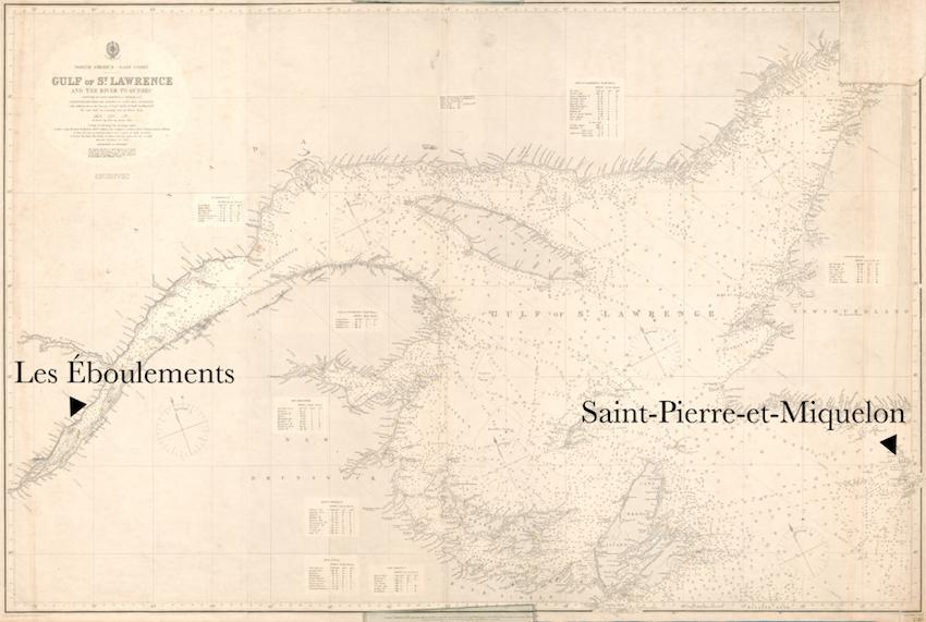 Carte ancienne du fleuve et du golfe du Saint-Laurent. À gauche, une flèche montre le village des Éboulements. Tout à droite, une autre flèche pointe l'archipel de Saint-Pierre-et-Miquelon.