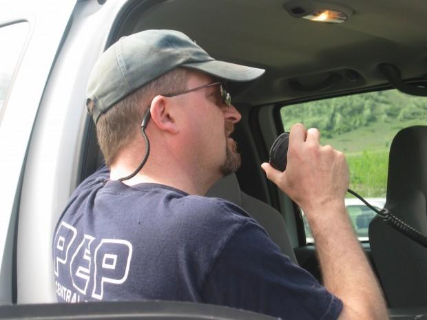 Homme dos tourné parle au radiotéléphone.