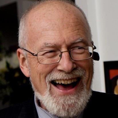 Homme barbu riant.