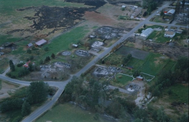 Vue aérienne de maisons détruites par un incendie.