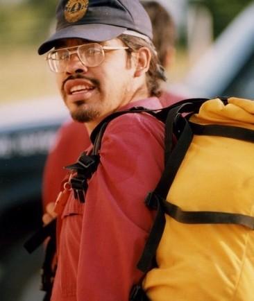 Kenny Edwards, pompier des Premières Nations avec casquette et sac à dos  jaune.