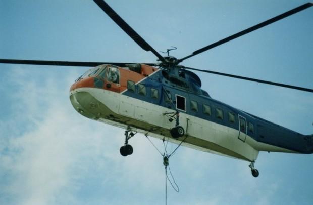 Cable suspendu à un hélicoptère en vol.