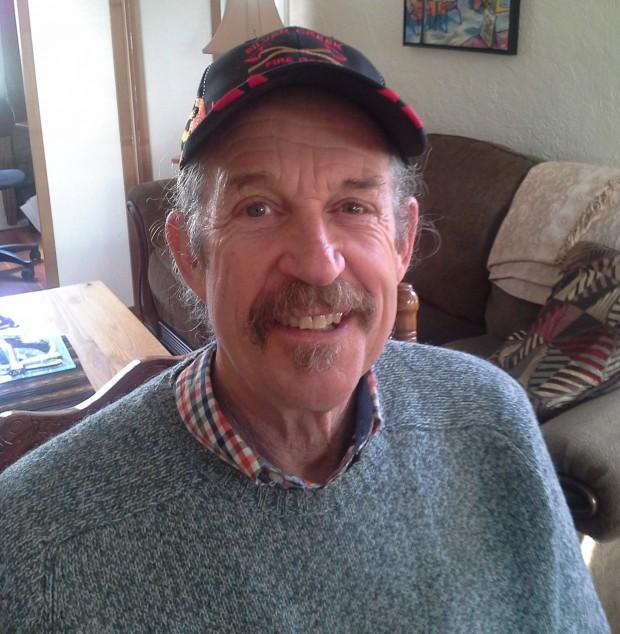 Portrait d'un homme souriant coiffé d'une casquette de baseball.