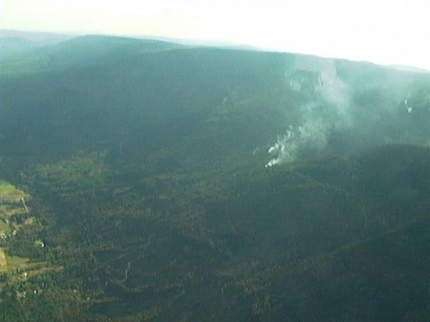 Vue aérienne d'un incendie sur une colline.