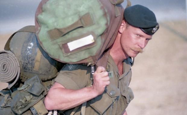 Soldat en uniforme transporte ses effets personnels.