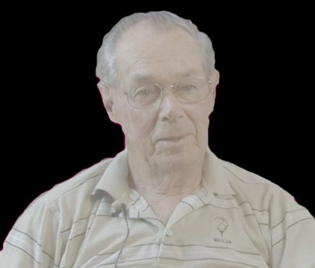 Une photo couleur d'un homme âgé, Alan Bremner. Il a des cheveux gris dégarnis, une chemise de golf et porte des lunettes avec une monture en métal. M. Bremner a travaillé pour Hawboldt jusqu'à la retraire. L'héritage de Forman Hawboltd n'a pas été oublié grâce à ses efforts.
