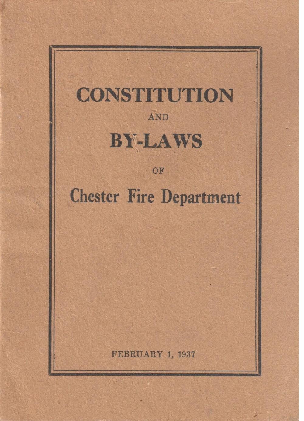 La couverture d'une petite brochure brun clair avec lettrage noir où l'on peut lire : « Constitution  and Bylaws of Chester Fire Department » (Acte et règlements du service des incendies de Chester). Il s'agit de l'acte et des règlements originels vers 1937.