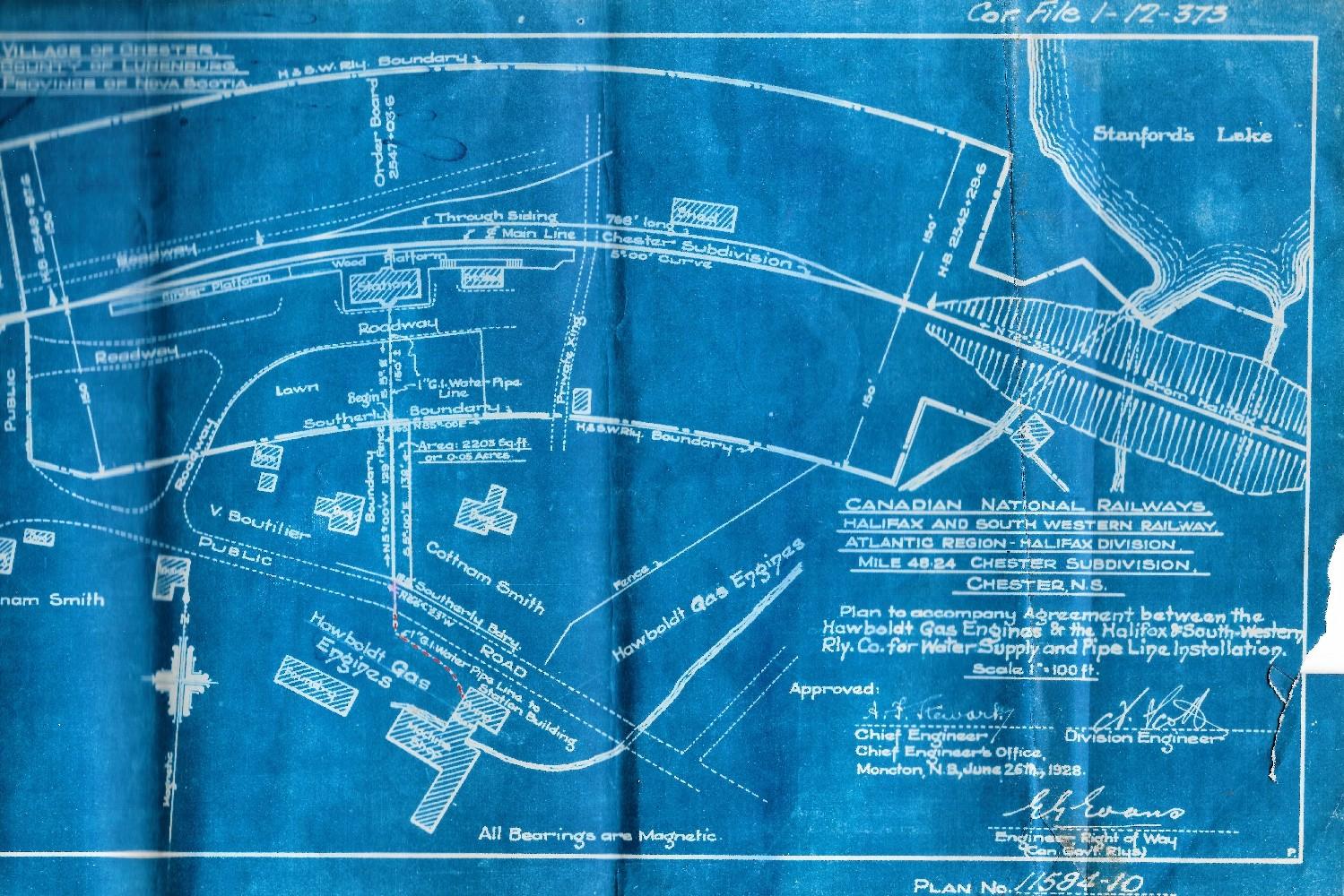 Un plan d'ingénieur bleu et blanc annexé à l'entente pour l'installation des canalisations et de l'approvisionnement en eau entre Hawboldt Gas Engines et la Halifax and Southwestern Railway Company en 1928. Il indique la voie de chemin fer, l'emplacement des canalisations d'eau et toutes les propriétés adjacentes et les propriétaires de l'époque.