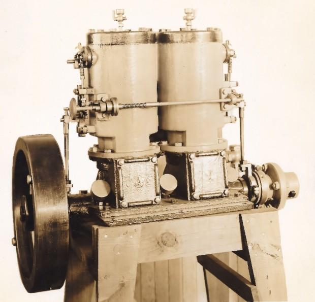 Un moteur « make and break » double à deux cylindres et un volant.
