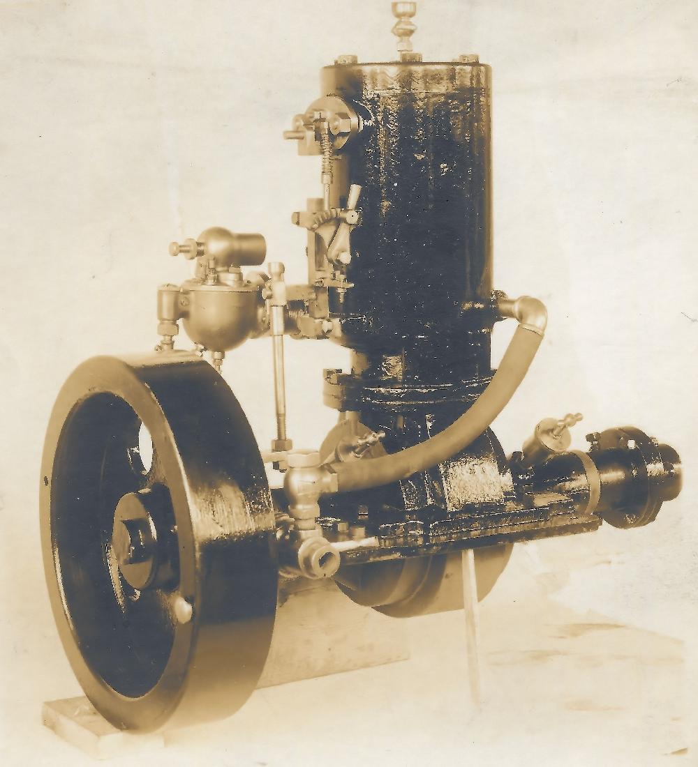 Un moteur « make and break » de Hawboldt avec un volant et un cylindre créé en 1906 par Forman Hawboldt. Ce moteur a été créé dans le premier atelier derrière sa maison sur la rue Queen en 1906.