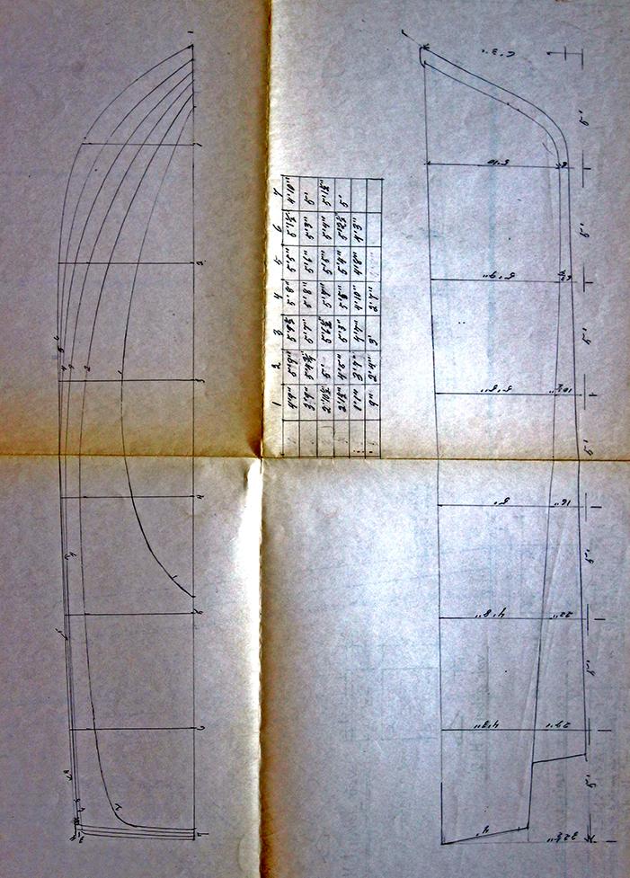 Plan d'une chaloupe qui indique les courbes et les dimensions des sept parties de l'embarcation. Dessin fait à la main, sur une feuille de grand format qui a été pliée en quatre. Les plis du papier jaunis montre l'ancienneté du document.