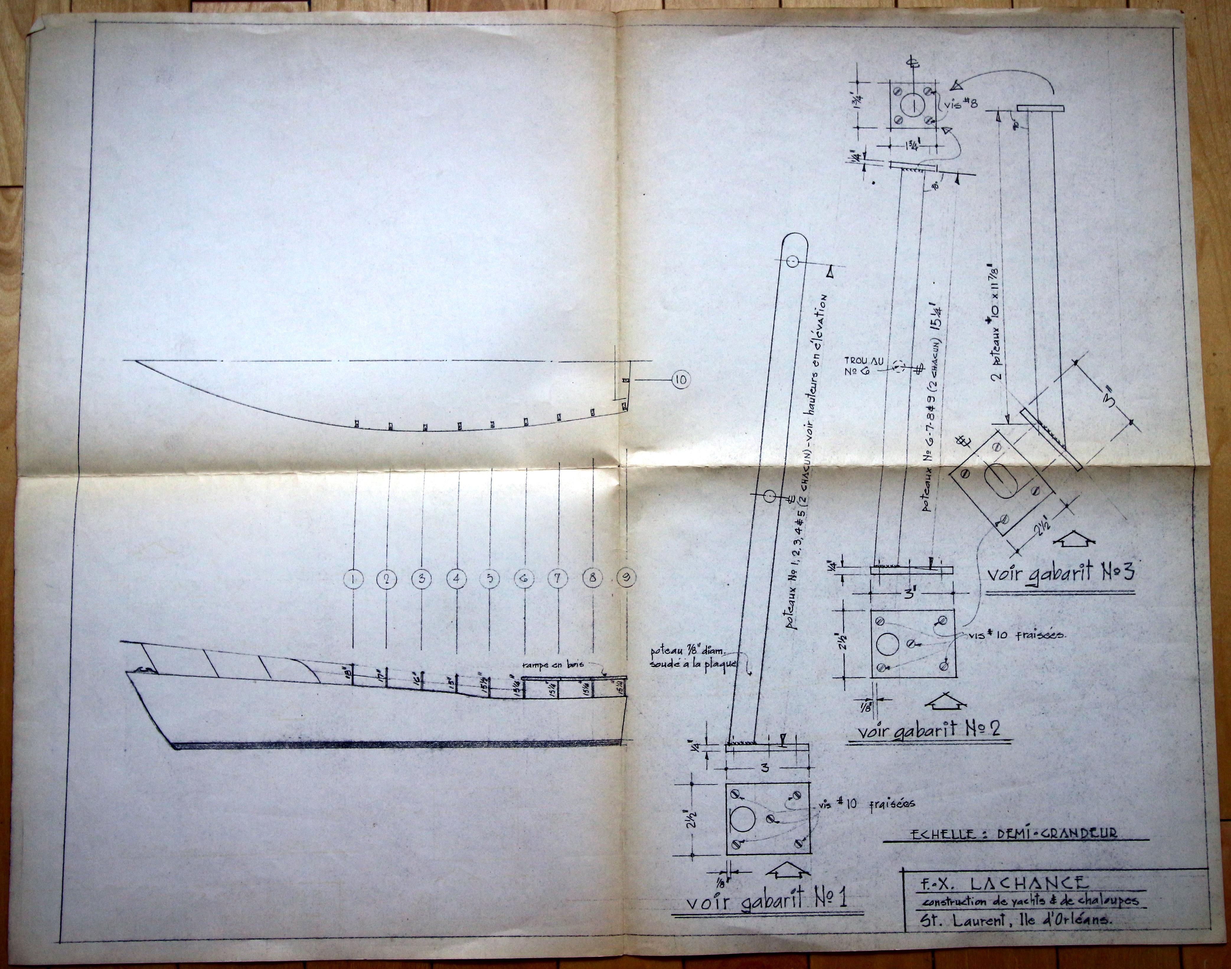Plan technique signé par F-X Lachance, à échelle « demi-grandeur », illustrant la coupe d'un bateau vue de profil, ainsi que trois gabarits de pièces où seront fixés les onze « poteaux » qui forment la structure de l'embarcation.