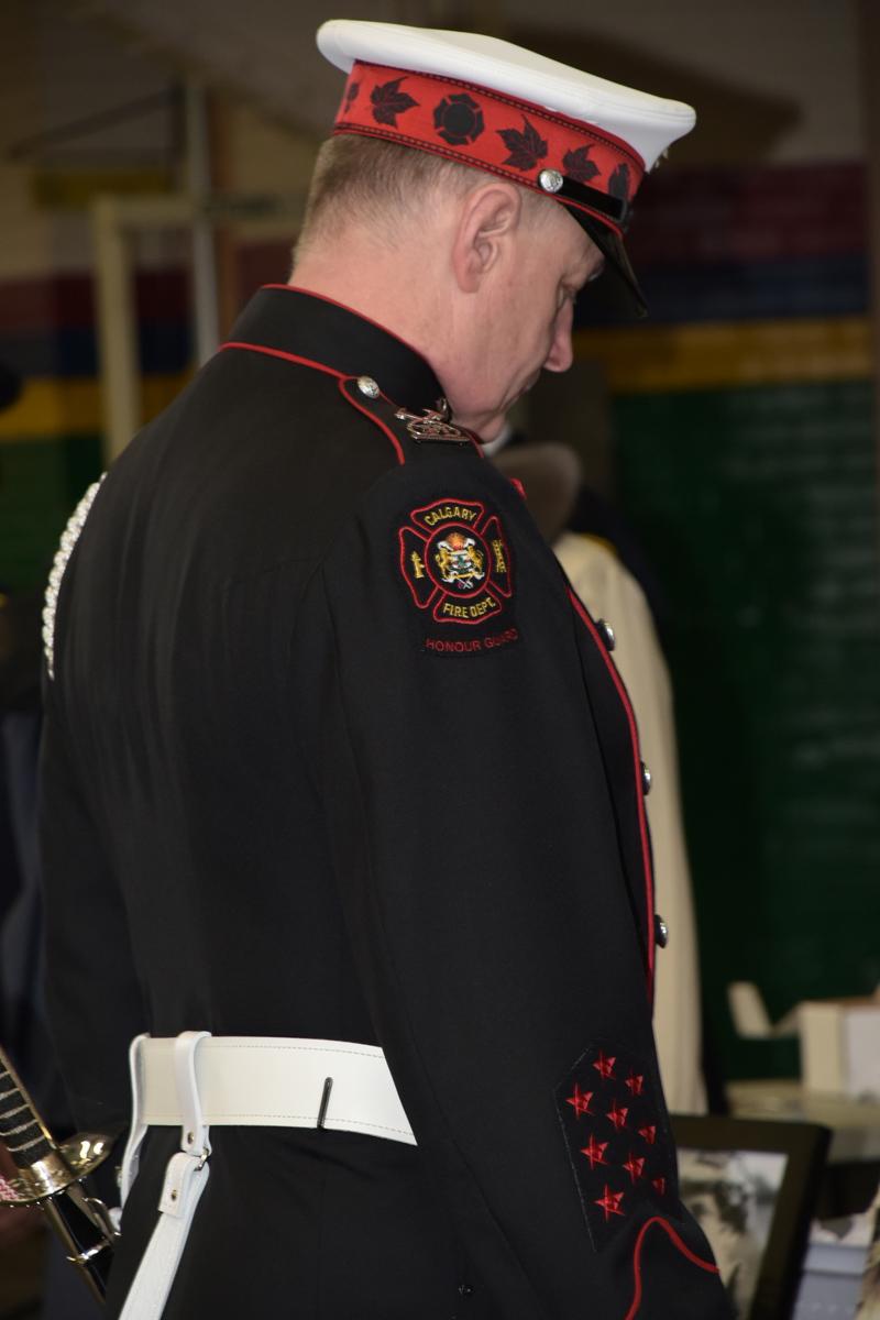 Blaine Gray, garde, à la cérémonie précédant le service commémoratif, en moment de réflexion