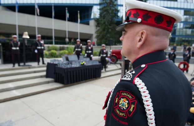 Vue de quasi-profil du commandant en uniforme de grande tenue. Au fond, on aperçoit la place de l'hommage (Tribute Plaza) et l'hôtel de ville.