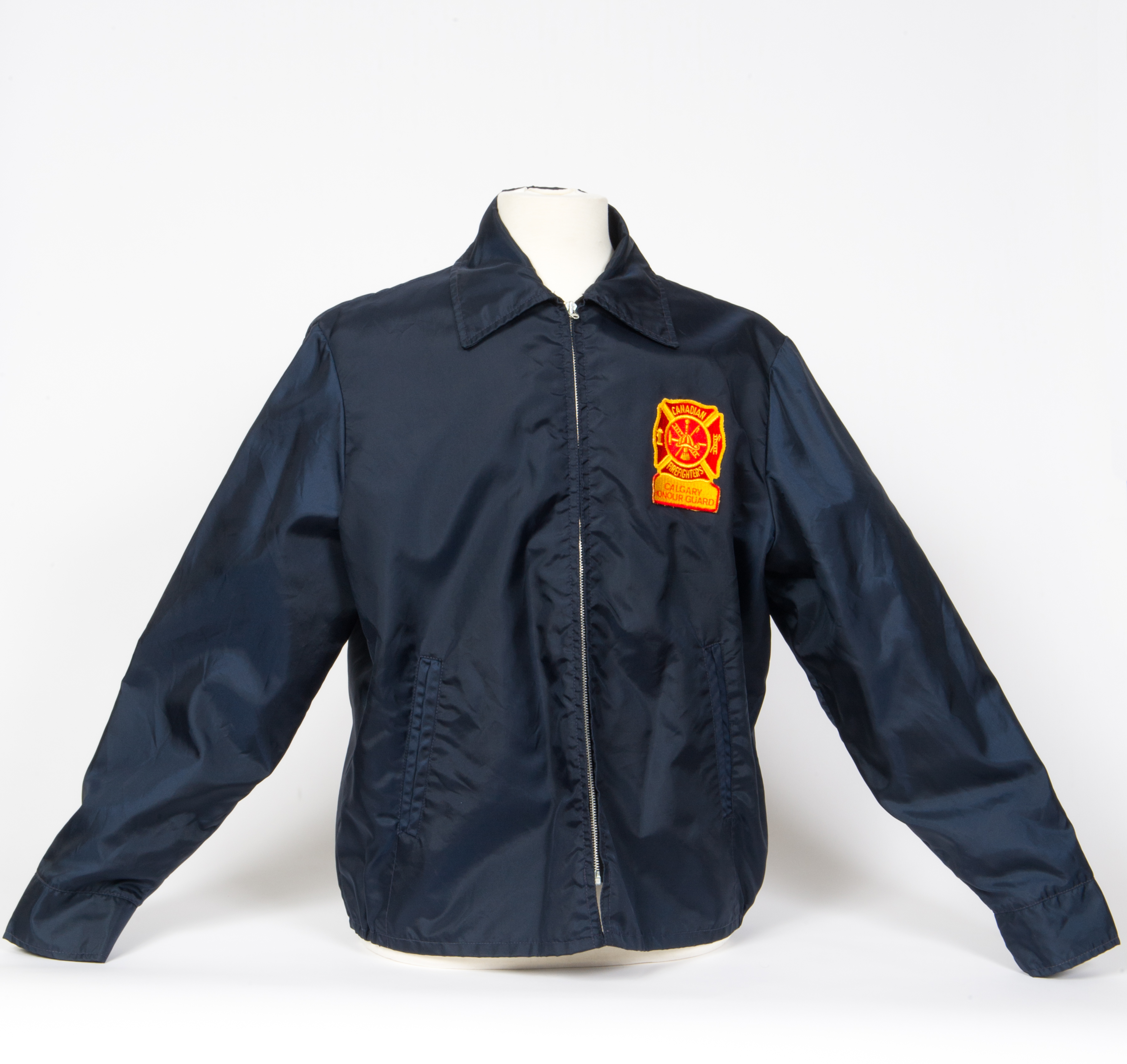 Veste imperméable bleu marine avec fermeture éclair et collet, avec insigne jaune et rouge de la garde d'honneur, pompiers canadiens, section de Calgary