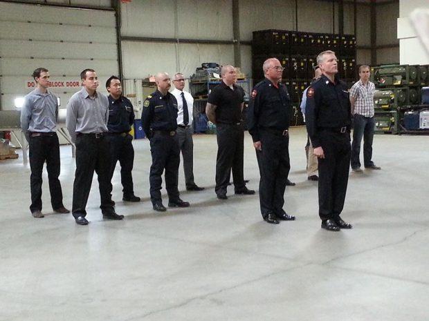 Quatorze hommes au garde-à-vous durant un exercice d'évaluation de la garde d'honneur
