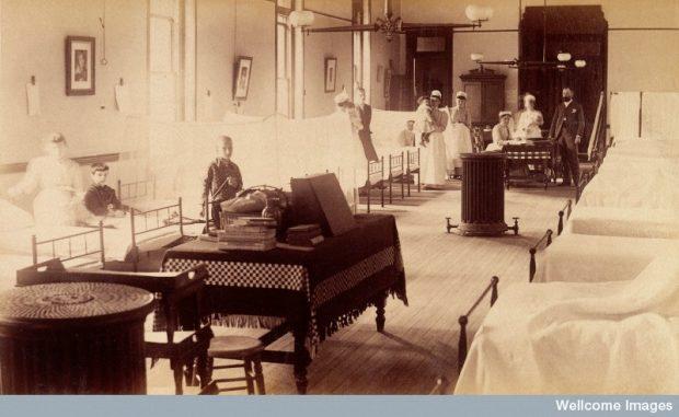 Photo d'une aile d'hôpital avec enfants couchés sur les lits, Angleterre, 1880