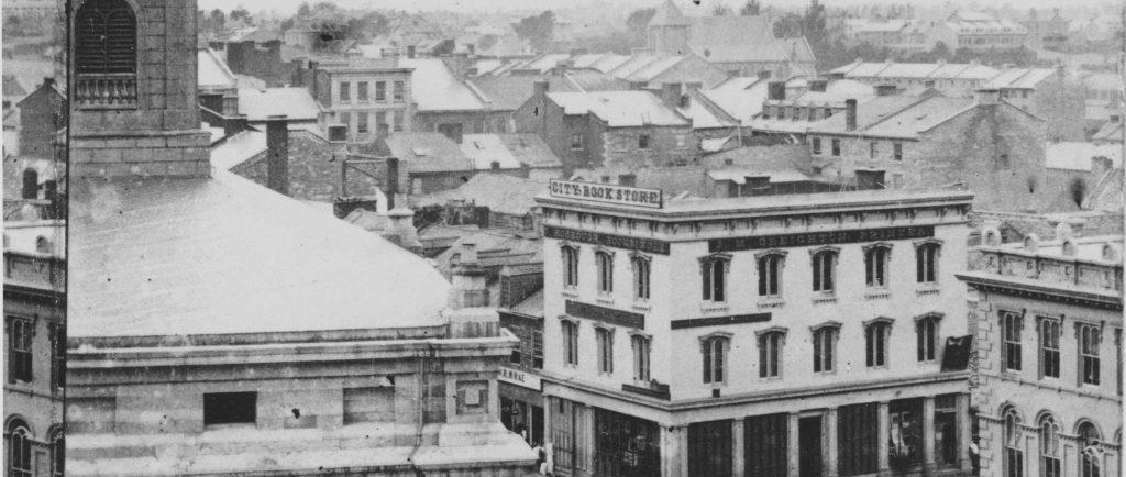 Photographie de rues de Kingston dans les années 1860 avec des routes, des trottoirs et un certain nombre de bâtiments