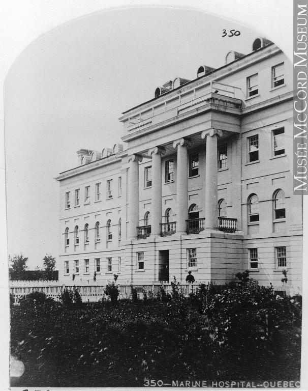 L'hôpital de la marine de Québec vers 1860. On voit la devanture de l'immeuble ainsi qu'un jardin