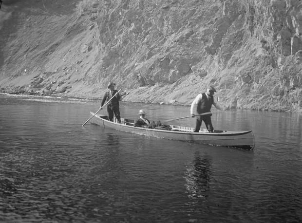 Épreuve argentique de Lord Bessborough sur la rivière Mitis accompagné de deux guides