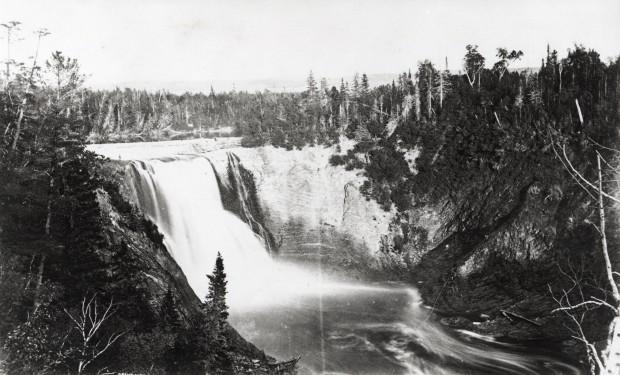 Photographie aérienne du barrage Mitis II à l'époque où la rivière était toujours utilisée pour la drave