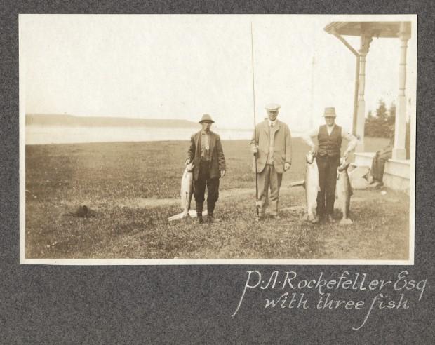 Épreuve argentique de Percy. A Rockefeller accompagné de deux guides, montrant ses prises de la journée.