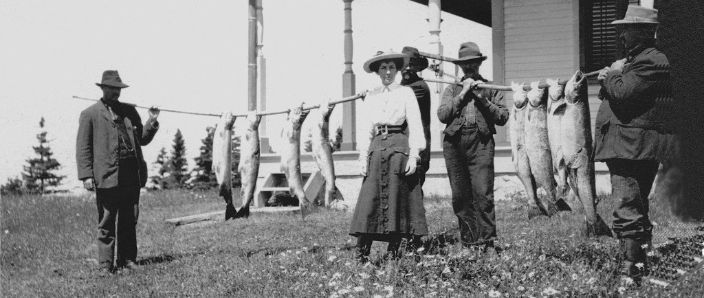Épreuve argentique montrant Elsie Reford et ses guides montrant huit spectaculaires poissons.