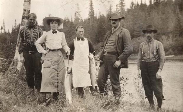 Épreuve argentique d'Elsie Reford accompagnée de quatre guides de pêche de la rivière Tobique montrant deux saumons.