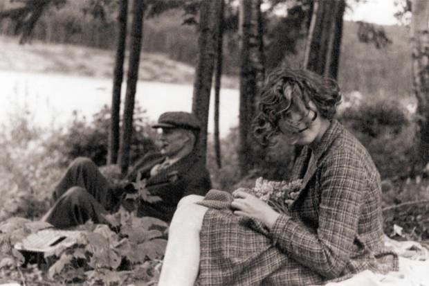 Robert W. Reford et Maryon Reford assis dans la forêt longeant la rivière Mitis.