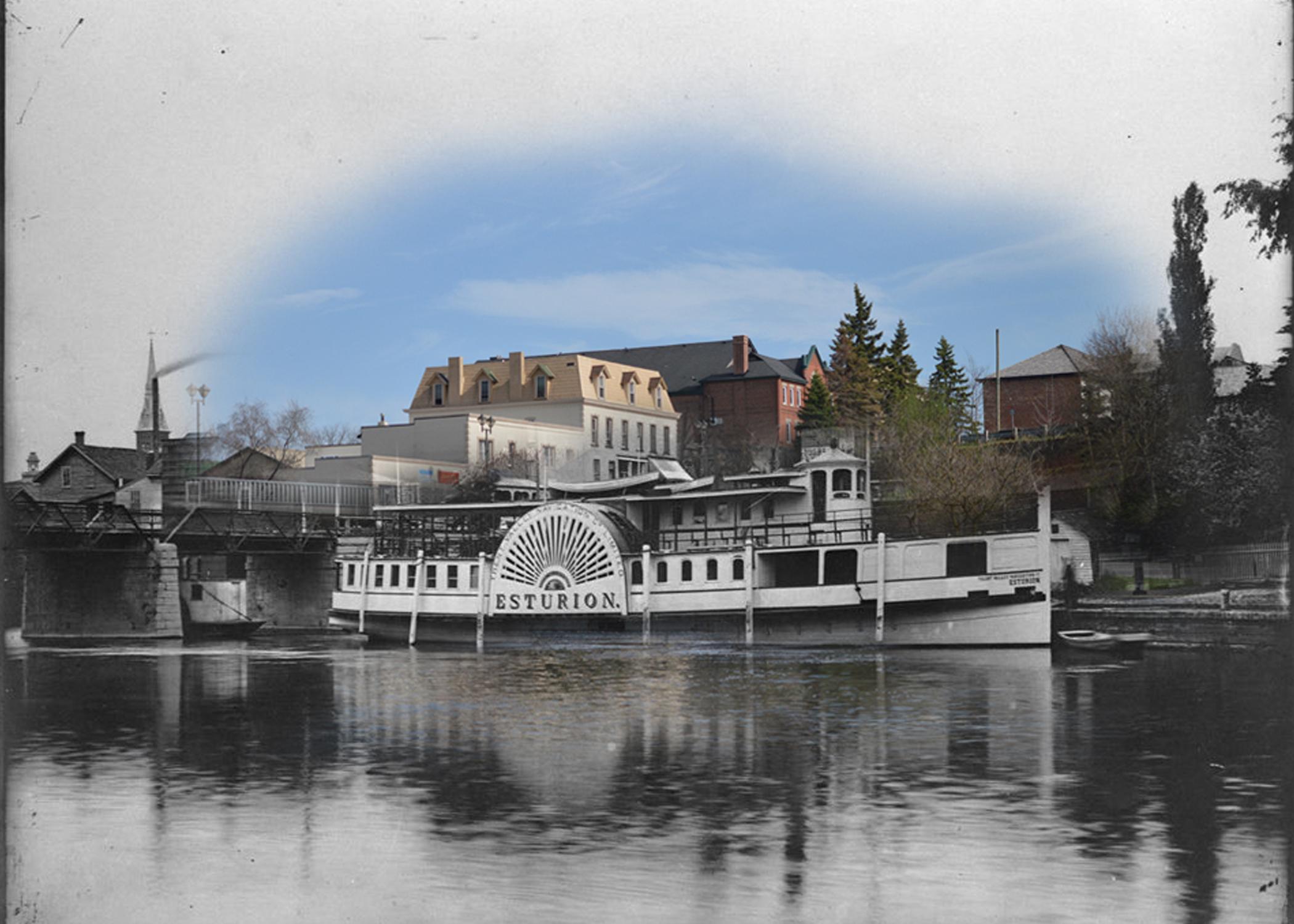 Une photo en noir et blanc llustrant un bateau à vapeur, superposée à une image contemporaine du paysage de rue.