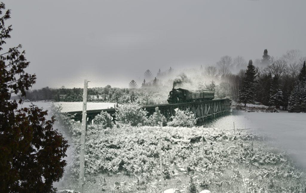 Une photo noir et blanc d'un train traversant un pont superposée à une photo contemporaine d'une scène d'hiver.