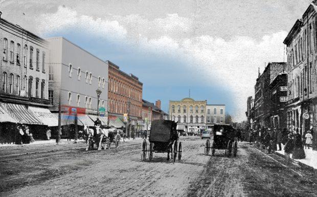 Une photo en noir et blanc des chevaux et des chariots superposée à une image contemporaine d'un paysage de rue.