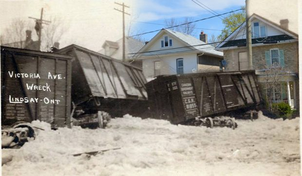 Une photo en noir et blanc illustrant un accident de train superposée à une image contemporaine d'un paysage de rue.