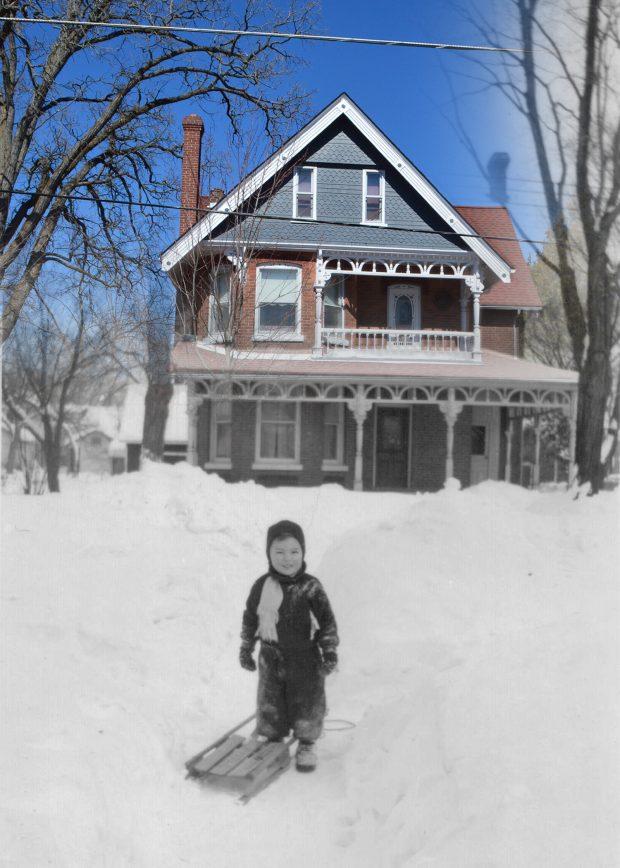 Une photo en noir et blanc d'un garçon et son traineau devant un maison superposée à une image contemporaine de la même  maison.
