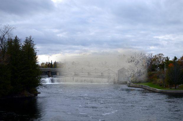 Un croquis d'un pont et un moulin superposé à une image contemporaine d'une rivière et ses chutes.