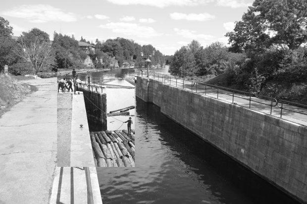 Une photo en noir et blanc d'un radeau de bois traverse des écluses superposée à une image contemporaine d'un canal.