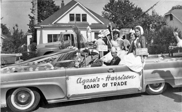Photo en noir et blanc du char allégorique de l'Agassiz-Harrison Board of Trade occupé par des adultes costumés lors d'un défilé en 1958.