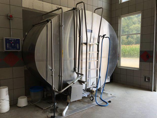 Photo en couleur d'un réservoir de stockage du lait en acier inoxydable.