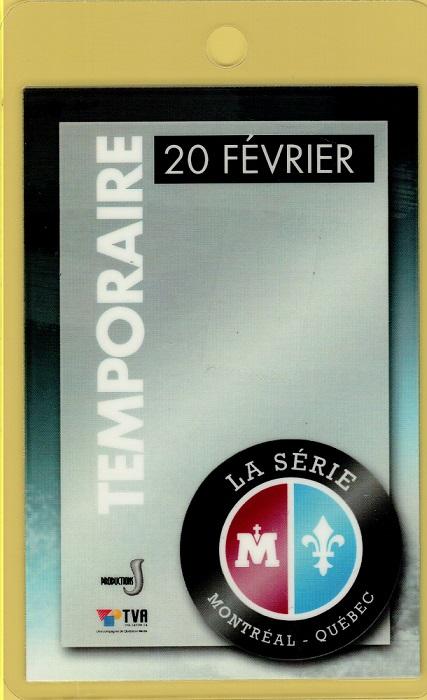 Photographie en couleurs d'une carte d'accès sur laquelle sont inscrits : le mot « Temporaire », une date, le logo de l'événement et deux logos de compagnies de production.