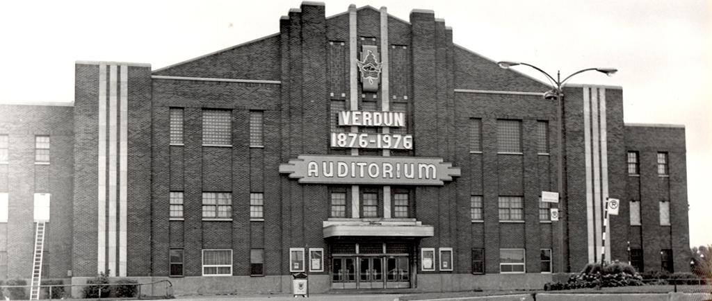 Photographie en noir et blanc de la façade avant d'un bâtiment.