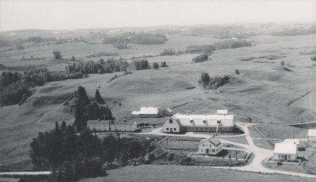 Vue aérienne en noir et blanc de tous les bâtiments de la ferme.