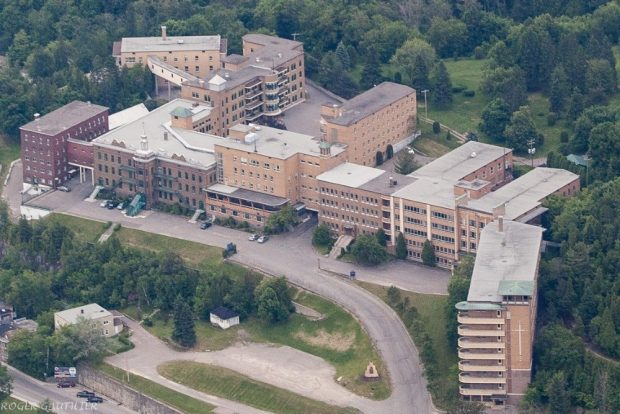 Vue aérienne de plusieurs bâtiments accolés.