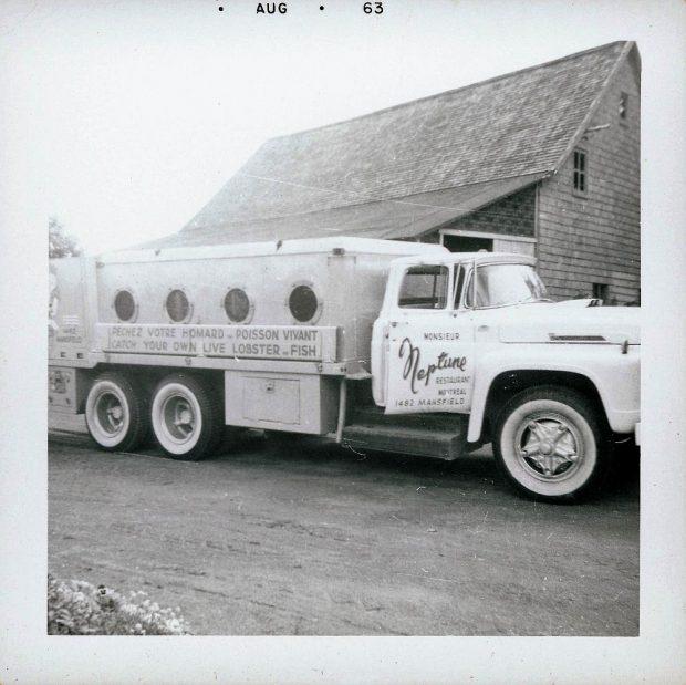 Camion-citerne utilisé pour le transport du poisson vivant. On peut lire sur le côté « Neptune Restaurant Montréal. Prenez votre homard et poisson vivant »; photo noir et blanc.