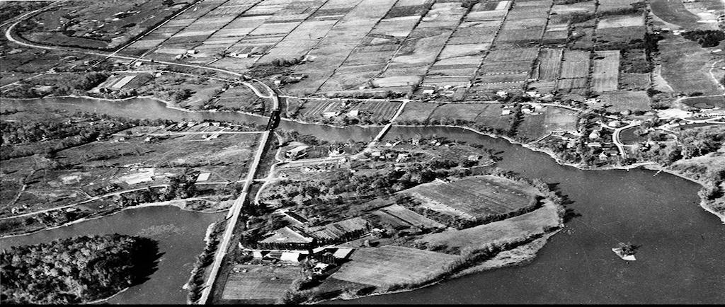 Photographie en noir et blanc d'un point de vue aérien sur Sainte-Dorothée et les Îles-Laval.