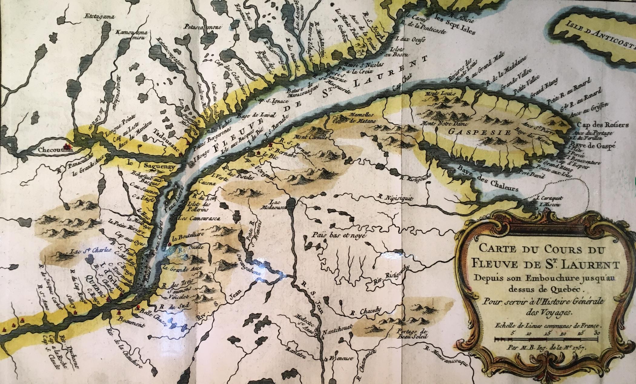 Photo couleur d'une carte géographique représentant le golfe du Saint-Laurent aux abords de la Gaspésie, s'étendant jusqu'à la ville de Québec. En bordure du fleuve, on aperçoit des terres traversées par des lacs et des rivières de plus petite étendue.
