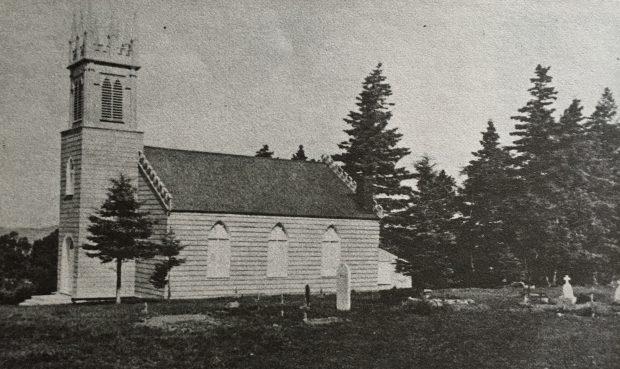 Photo noir et blanc de l'église anglicane St. Bartholomew construite en bois, couronnée d'un clocher de plan carré en devanture. En avant-plan, on aperçoit un cimetière attenant à l'église.