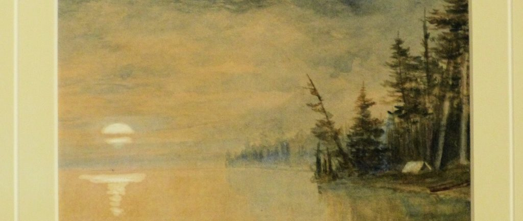 Bord du lac avec une tente sur la rive entourée par des arbres, la lune montante à l'horizon.