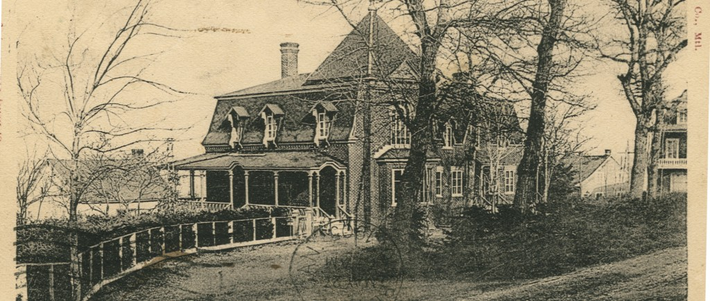 Illustration en noir et blanc d'une grande maison cossue avec galerie, bay-window et toit en mansarde. Des arbres matures sont plantés en façade.